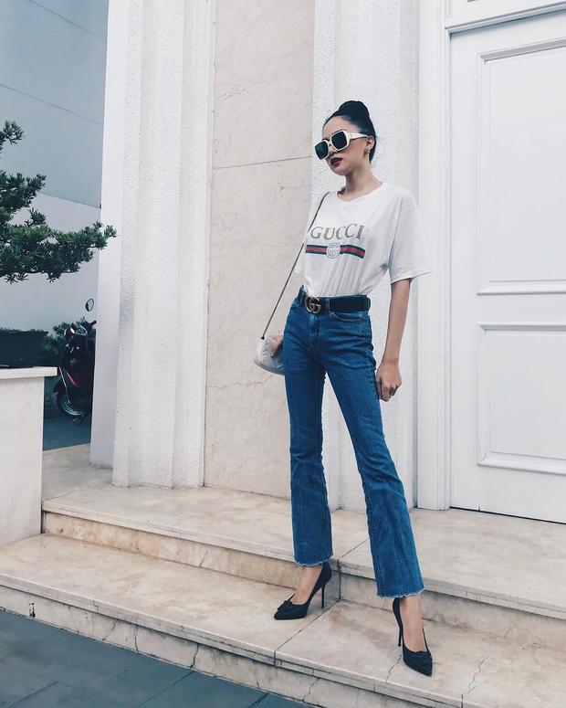 Hoa hậu Hương Giang khoe đôi chân thon dài cùng combo áo phông Gucci đắt giá mix cùng quần jeans ống loe. Chiếc kính mát bản to làm tăng thêm phần cá tính cho người đẹp.
