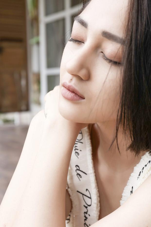 Ca khúc là câu chuyện dựa trên mối tình giữa cô và Hồ Quang Hiếu.