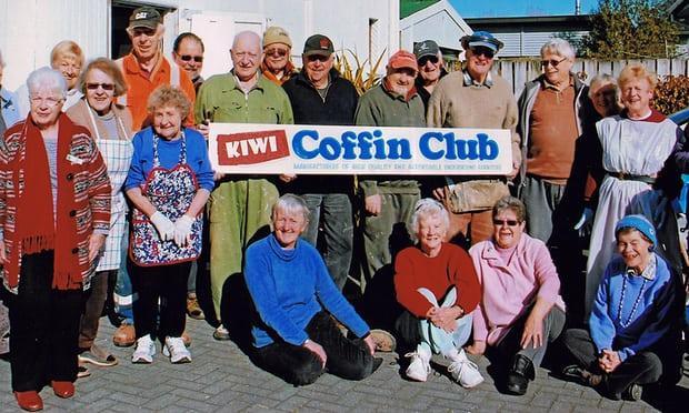 Thành viên câu lạc bộ Kiwi chụp ảnh ỷ niệm.