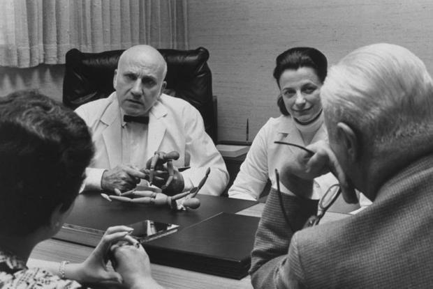 Masters và Johnson (lúc này đã kết hôn) đang thảo luận cùng các đồng nghiệp.