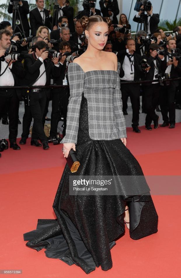 """Giống Lý Xuân Vũ,Xenia Tchoumitcheva (Nga) tiếp tục sải bước trên thảm đỏ """"Cannes 2018""""."""