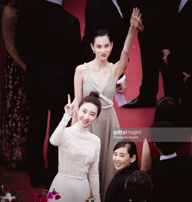 Hai nữ diễn viên thân thiết cùng nhau.