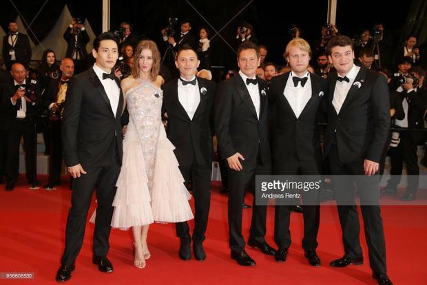 Teo Yoo đứng cạnhRoman Bilyk, Irina Starshenbaum, nhà sản xuất Ilya Stewart, nhà quay phim Vladislav Opelyants và diễn viên Charles - Evrard Tchekhoff.