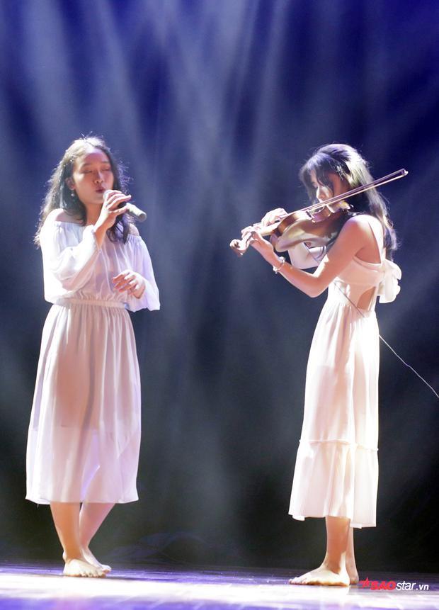 Ở lứa tuổi 16, Nguyễn Đỗ Hà Trang và Tạ Mai Anh liều lĩnh thể hiện ca khúc nhạc xưa Một cõi đi về (ns Trịnh Công Sơn) và đưa toàn bộ khán phòng đắm chìm vào không gian âm nhạc của riêng mình