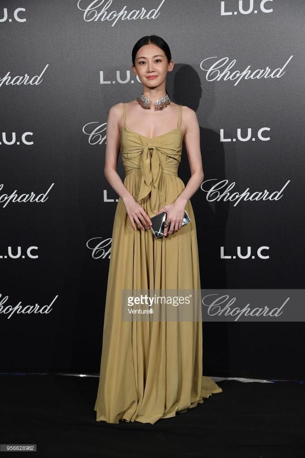 Vắng mặt thảm đỏ Cannes ngày 2, Chompoo Araya tỏa sáng cùng bạn gái Hàn Canh tại tiệc tối