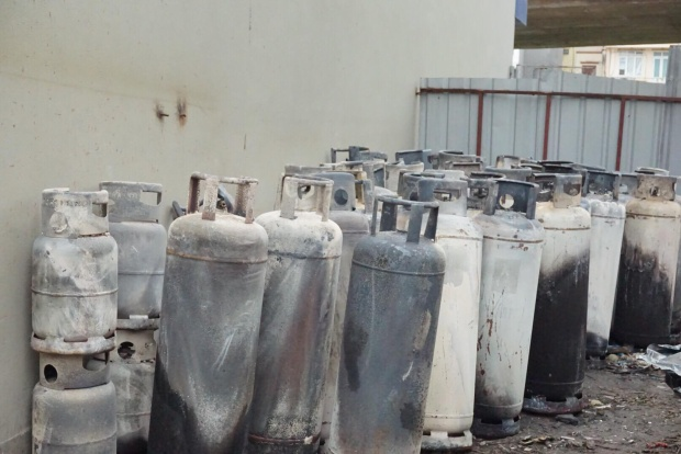 Nhiều bình gas được đưa ra ngoài hiện trường tránh phát nổ.