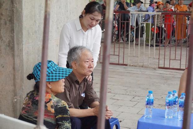 Ông Mạnh bần thần sau nỗi đau mất mẹ già.