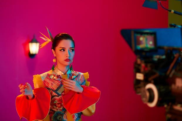 Trước đó 3 ngày, Bích Phương đã hé lộ teaser đầu tiên và nhận được sự quan tâm đặc biệt từ khán giả. Bích Với một vẻ ngoài đầy ma mị, khác hẳn hình ảnh nữ tính và nhắng nhít đã thành thương hiệu đã khiến fan vô cùng tò mò.