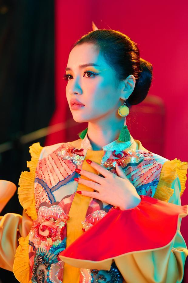 Đáng chú ý, concept ma mị của Bích Phương còn gây liên tưởng đến Chạy ngay đi của Sơn Tùng. Không chỉ trùng hợp về mặt tạo hình, cả hai MV sẽ đều được 2 nghệ sĩ chọn ra mắt chính thức vào ngày 12/5 tới đây.
