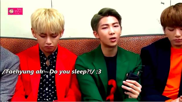 V ngủ gật trong lúc phỏng vấn.