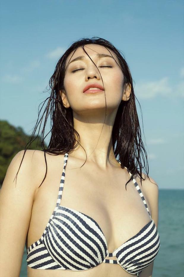 Diện bikini kẻ sọc đơn giản, vẻ đẹp của Khánh My vẫn khiến nhiều người thật xuyến xao.