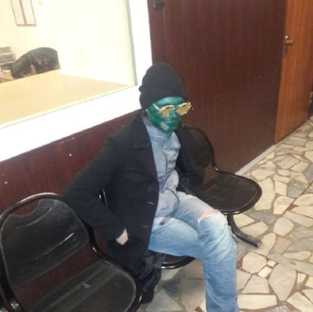Tên trộm mặt xanh trông như một quái vật ngoài hành tinh. Ảnh:Russian Ministry of Internal Affairs