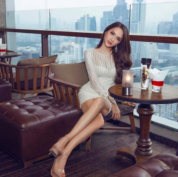 """Tuy nhiên chiếc váy trắng mà Vũ Ngọc Anh thử hôm nay ngay lập tức bị soi là """"váy cũ"""" mà hoa hậu Hương Giang đã mặc trước đó."""