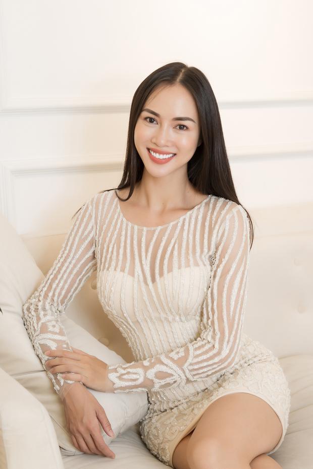 Đã hợp tác ăn ý với NTK Lê Thanh Hòa từ rất lâu nên cô cho biết luôn cảm thấy tự tin trong trang phục của anh.