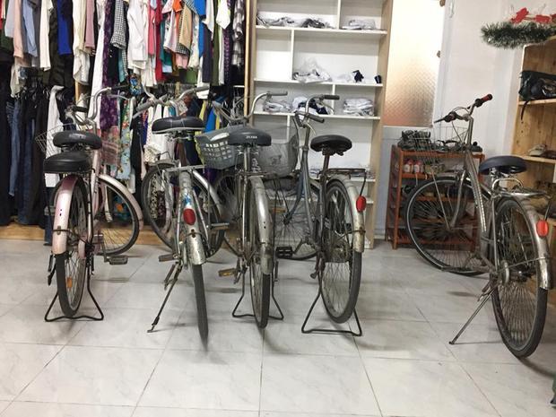 """Không chỉ được phục vụ đồ ăn, nước uống, quần áo… miễn phí, những bạn sinh viên có hoàn cảnh khó khăn, thiếu thốn phương tiện đi lại, """"Góc sẻ chia"""" của nhà trường cũng sẵn sàng giúp đỡ các bạn những chiếc xe đạp như thế này."""