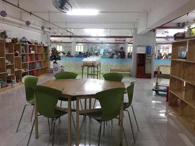 """Không gian tại """"Góc chia sẻ"""" khá sạch sẽ, thoáng mát vì vừa được phục vụ máy lạnh, vừa có bàn ghế tươm tất, các bạn sinh viên có thể vừa đến ăn uống, vừa học tập tại khu vực này."""