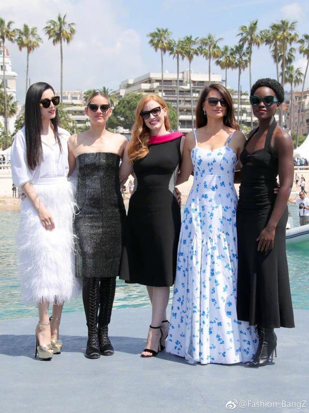 Năm cô gái, năm sắc màu rất riêng hài hòa trong cùng một khung hình