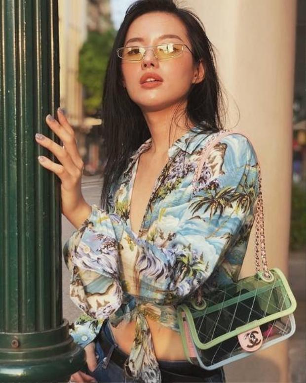Khánh Linh The Face cũng chẳng hề kém cạnh khi cùng chưng diện một chiếc túi giống Lam Cúc.