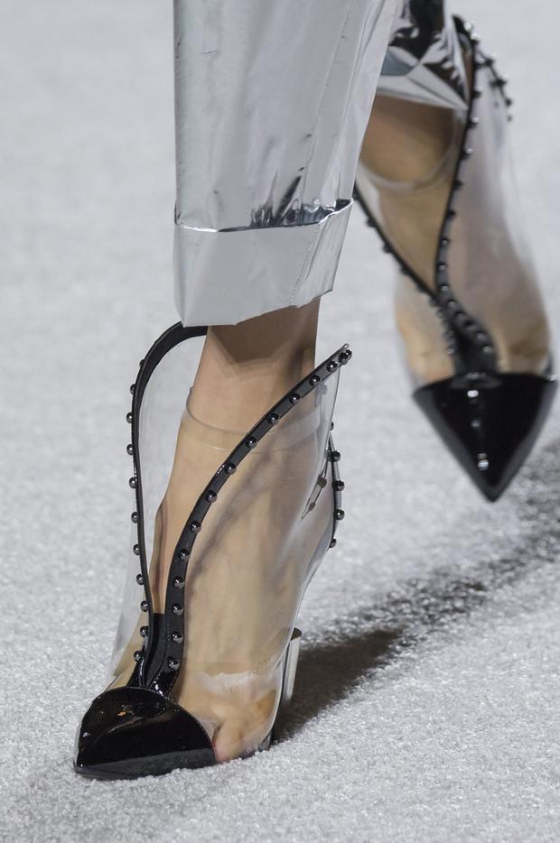 Balmain cũng giới thiệu một vài mẫu giày dép trong suốt kết hợp cùng chất liệu da bóng tại show diễn Thu, Đông 2018.