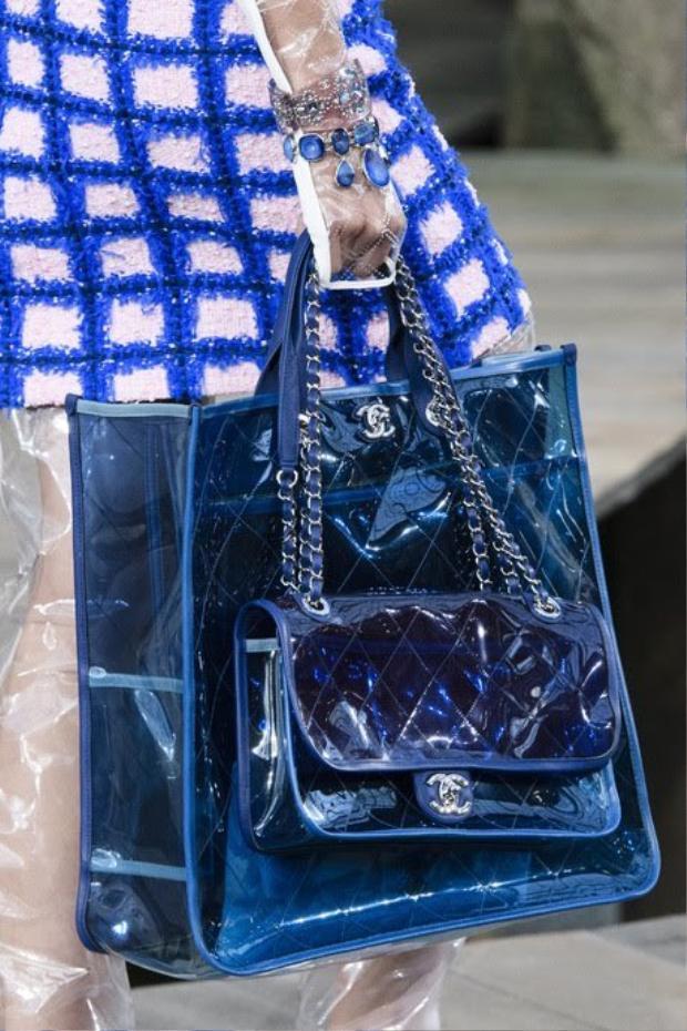 Vài năm trở lại đây, chất liệu nhựa trong veo đã trở thành nguồn cảm hứng cho nhiều thương hiệu thời trang từ bình dân đến cao cấp.