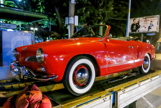 Chiếc xe mui trần với màu đỏ tươi đượm chất hoài cổ và tinh tế.