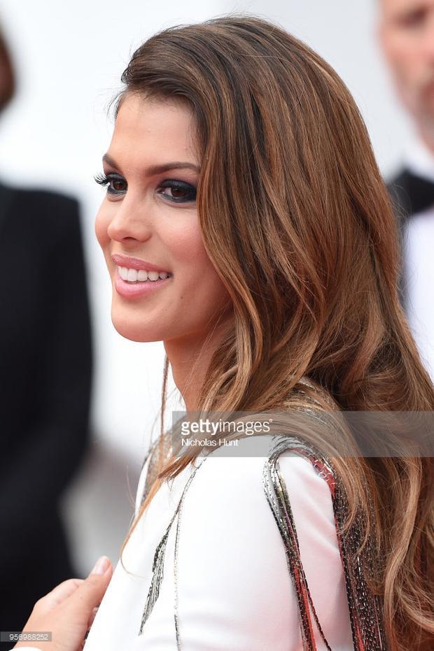 Người mẫu, hoa hậu Iris Mittenaere. Cô xuất hiện trong một bộ trang phục quyến rũ nhưng không kém phần sang trọng.
