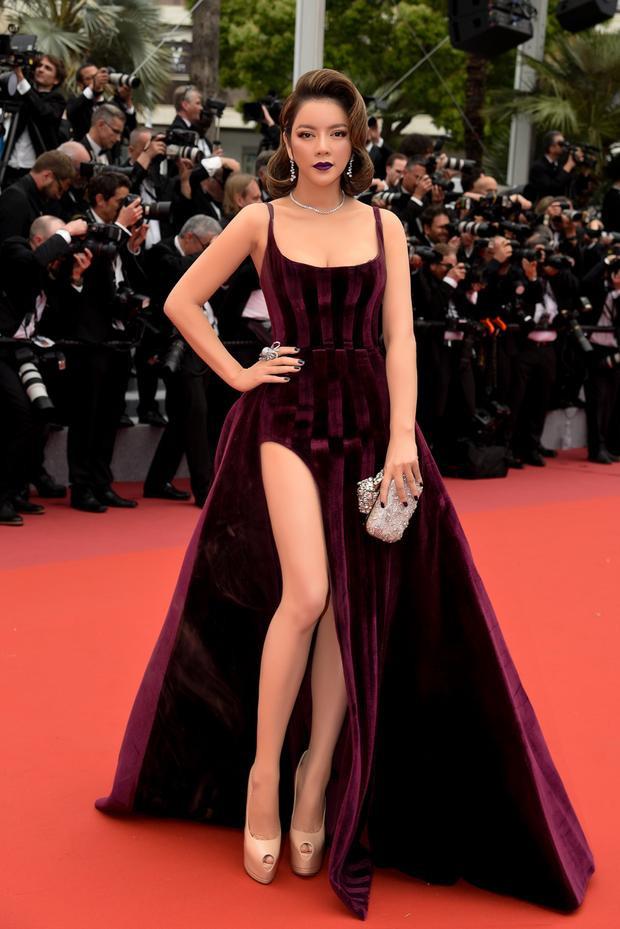 """Chiếc váy màu tím than khiến nữ diễn viên """"Mùa hè lạnh"""" gây chú ý, giữa một dàn sao diện váy đen hoặc trắng đơn giản."""