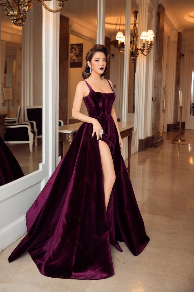 Thiết kế hai dây cộng thêm phần tà xẻ cao của bộ váy tôn vinh vẻ đẹp gợi cảm của Lý Nhã Kỳ.