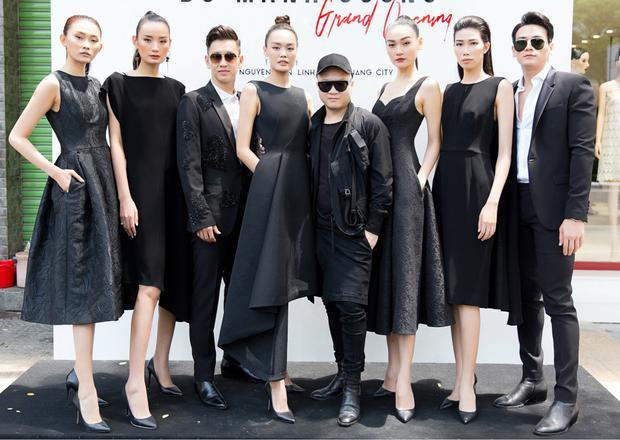 Người mẫu Thùy Trang, Kim Nhung cùng chọn dáng váy xòe. Nếu như Thùy Trang gợi cảm với phần cúp ngực chừng mực thì Kim Nhung lại kín đáo, thanh lịch với phom dáng cổ điển, kín cổng cao tường.