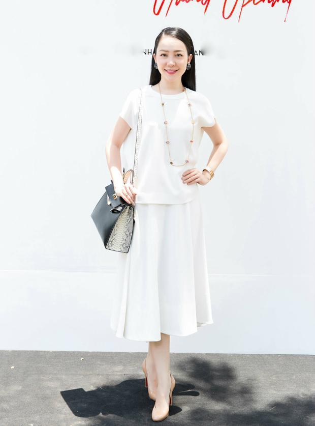 Linh Nga lại có sự lựa chọn khác biệt với trang phục tông trắng trẻ trung, nhẹ nhàng. Một số phụ kiện nhỏ như vòng cổ, đồng hồ với tông màu ánh kim bắt mắt lại là điểm nhấn nhẹ nhàng, nhưng đủ để gây ấn tượng. Phong cách yêu kiều, nhẹ nhàng, sang trọng cũng chính là hình ảnh mà Linh Nga theo đuổi.