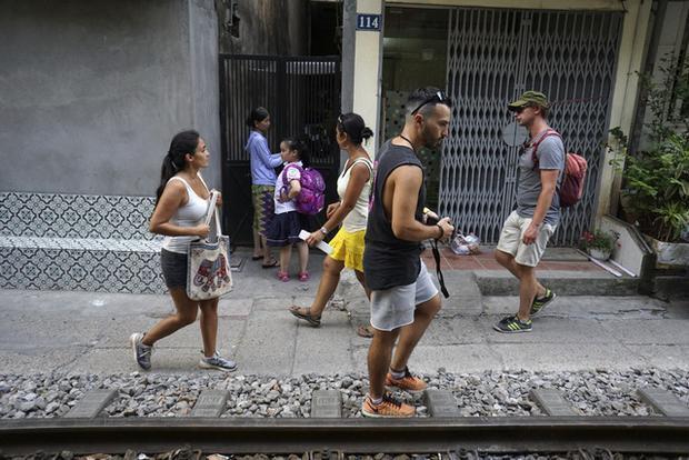 Người dân trong khu vực cho biết, khách Tây đến đây ngày càng đông, ban ngày gần như lúc nào cũng có vài nhóm tham quan.