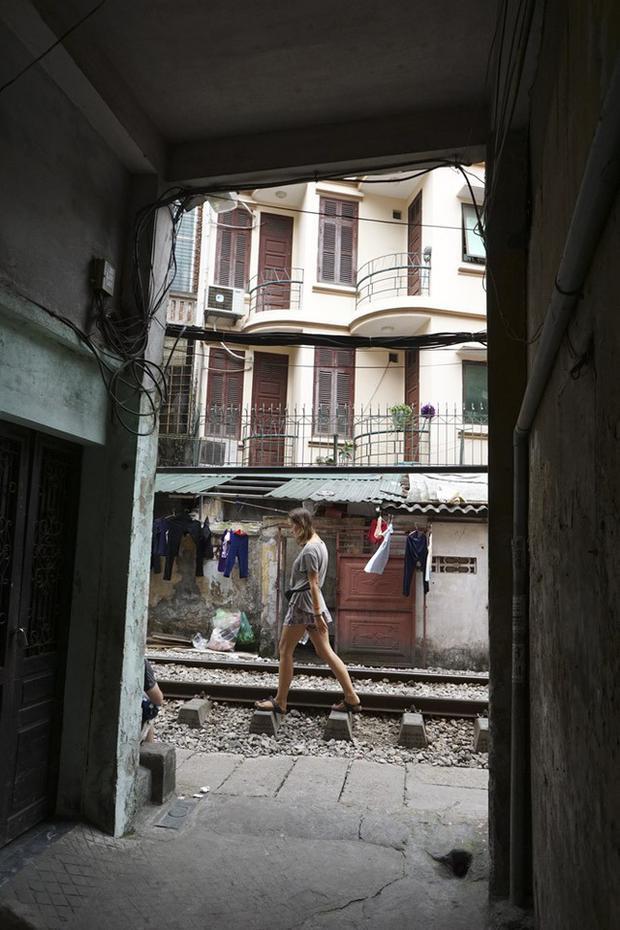 Góc nhìn từ một ngõ hẹp ra hành lang đường sắt.