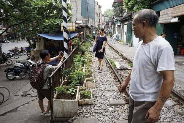 Người dân nơi đã quen với những vị khách nước ngoài tò mò nên thường tỏ ra thân thiện.