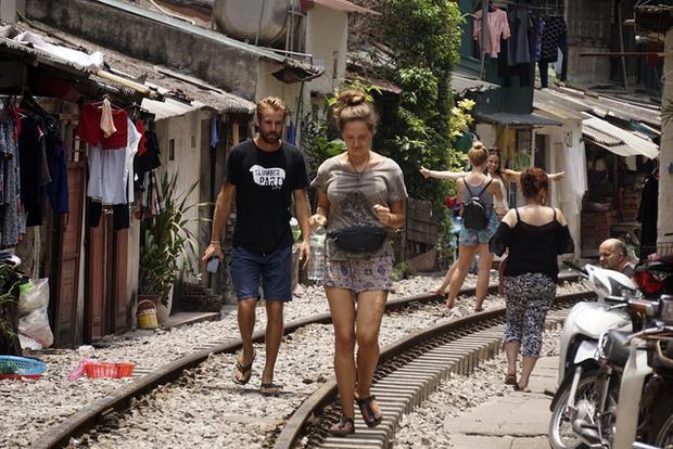 Khung cảnh nhịp sống quanh đoạn đường tàu hỏa đặc biệt này lên báo nước ngoài. Kể từ đó, có nhiều du khách nước ngoài khi tới Hà Nội đã tìm tới nơi này để thỏa chí tò mò.