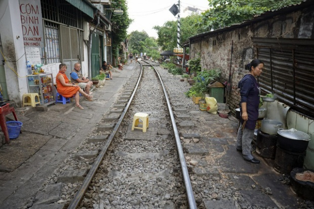 Không gian sinh hoạt chật chội đặc trưng của phố cổ Hà Nội trở thành điểm đặc biệt thu hút sự tò mò của du khách nước ngoài, nhất là nơi có đường tàu hỏa đi qua như thế này. Hoạt động của hàng quán, thậm chí bếp núc diễn ra sát hai bên đường ray.