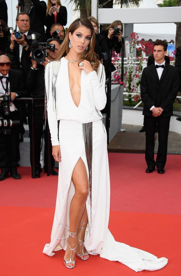 Cựu Hoa hậu Hoàn vũ Iris Mittenaere trong một thiết kế sắc trắng, điểm thêm trên trang phục là một vài sợi tua rua ánh kim bắt mắt.