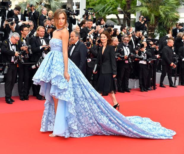 Thiên thần nội y Josephine Skriver với phong cách thời trang nữ tính. Sở hữu chiều cao lý tưởng 1,8 m, cô gái Đan Mạch từng là người mẫu catwalk đắt giá trước khi chính thức ký hợp đồng với Victoria's Secret vào năm 2016.