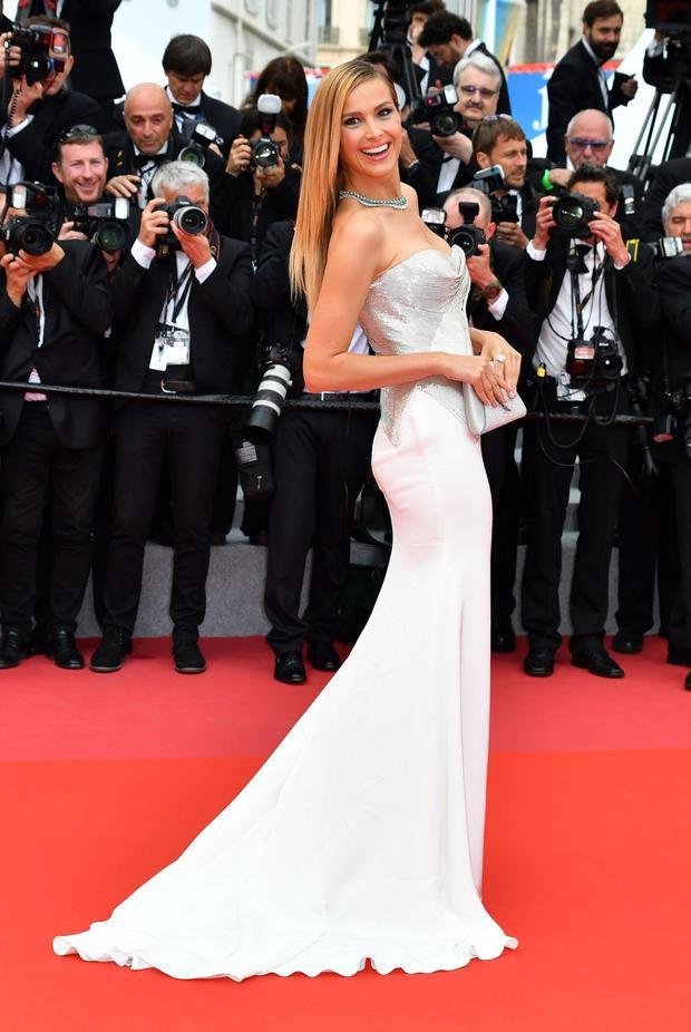 Siêu mẫu Petra Nemcova diện đầm đuôi cá cúp ngực, ở độ tuổi gần 40 cô vẫn rất tươi trẻ và có thân hình cực quyến rũ.