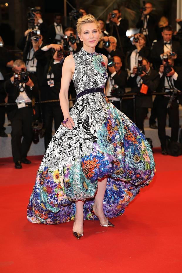 Khác hoàn toàn so với hai ngày đầu, thảm đỏ Cannes ngày 3 xuất hiện những trang phục vô cùng ấn tượng. Những chiếc đầm dạ hội họa tiết hoa lá nhiều màu sắc được các người đẹp trưng dụng khá phổ biến.