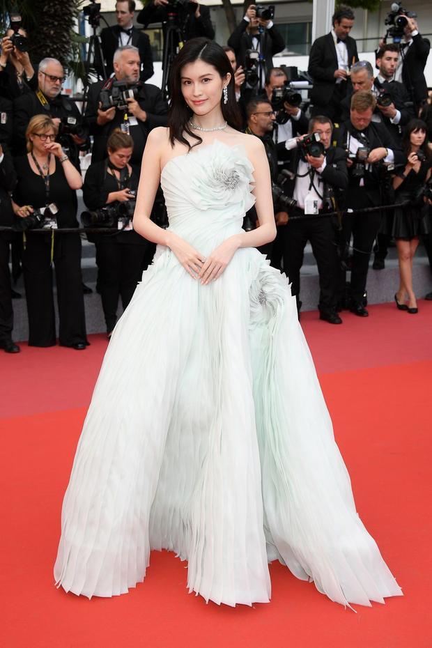 Siêu mẫu Victoria's Secret Sui He quyến rũ trong bộ đầm xanh đính hoa. Chân dài 29 tuổi được nhận xét mang đến vẻ đẹp thanh lịch.