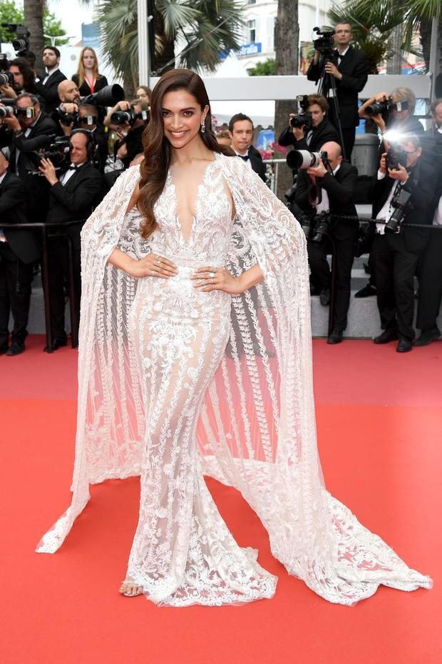 Diễn viên điện ảnh Ấn Độ Deepika Padukone đẹp tựa nữ thần với bộ đầm ren trắng.