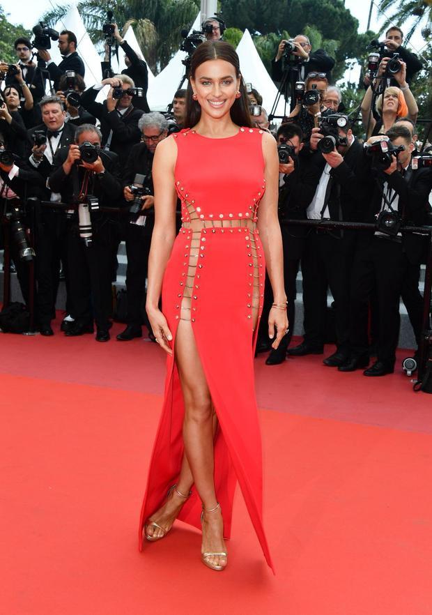 Vốn là người chuộng những mẫu thiết kế xẻ cao táo bạo, siêu mẫu Nga Irina Shayk chọn một thiết kế cực sexy.Người đẹp32 tuổi kết hợp trang phục với sandal màu vàng ánh kim và phụ kiện trang sức đồng điệu.