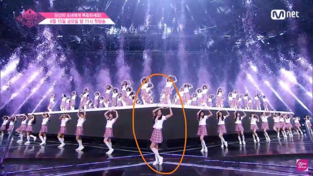 Hình ảnh Jang Gyuri đứng ở vị trí lớp F tại sân khấu ra mắt của Produce 48.