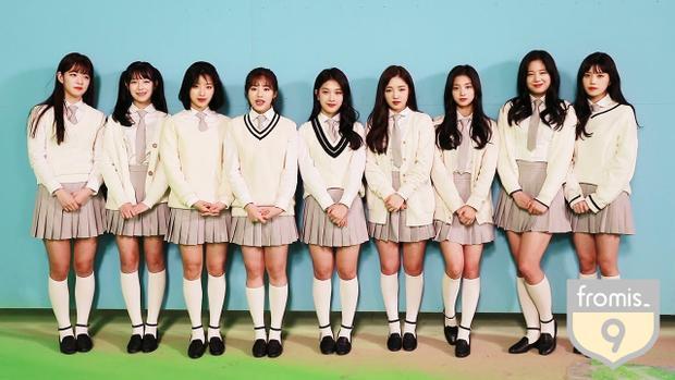 Hình ảnh cô nàng tại Fromis_9 (Jang Gyuri đứng thứ 2 bên phải qua).