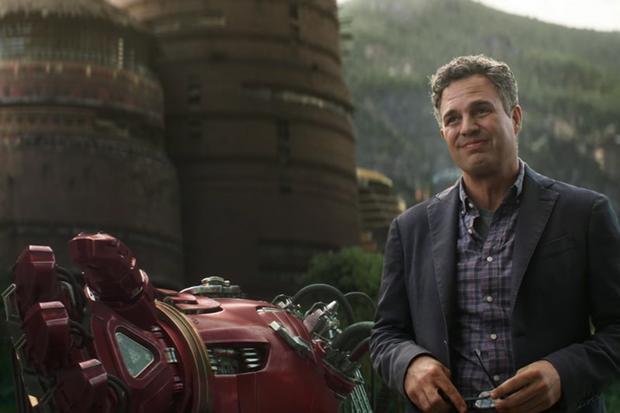 Bruce Banner đứng cạnh bộ giáp Hulkbuster trong trailer Infinity War.