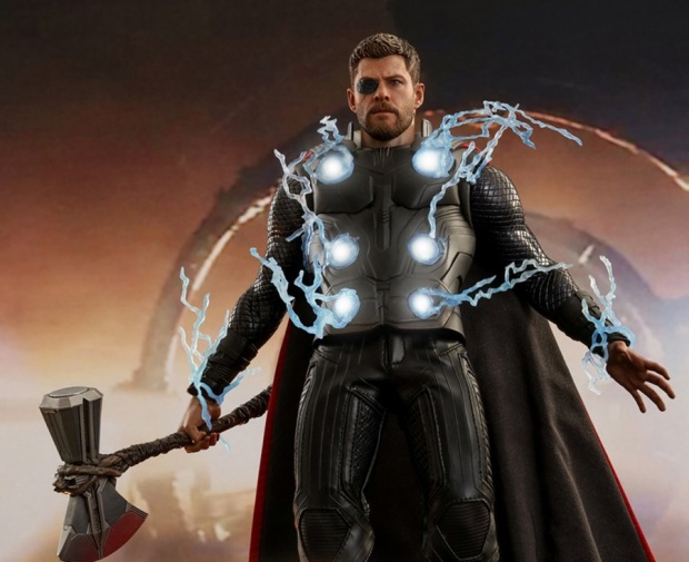 Thor cùng vũ khí mới Stormbreaker.