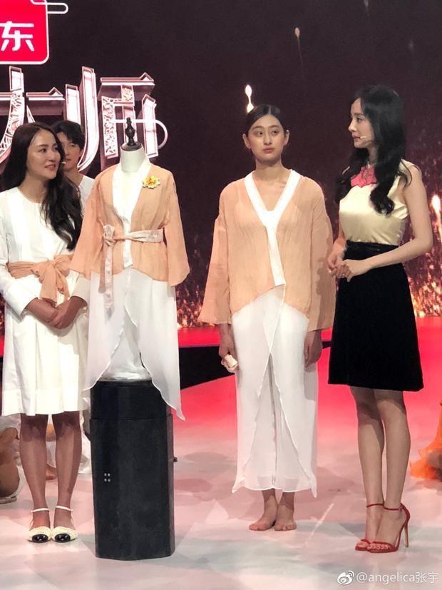 """Ngay sau đó, lại tham gia show """"Đây là thời trang"""" cùng tổng biên tập ELLE và Vogue, những tai to mặt lớn trong giới thời trang tại Trung Quốc."""
