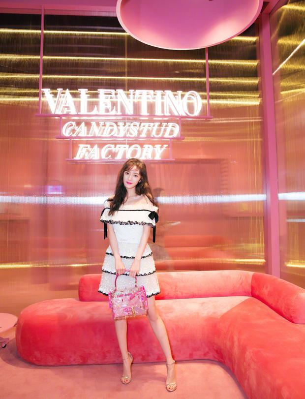 Hậu scandal, Dương mịch xuất hiện trẻ trung tại một sự kiện của nhãn hàng Valentino như thể trước đó chưa hề có chuyện gì xảy ra.