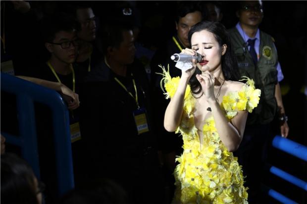 Đông Nhi xúc động và bật khóc khi hát tặng bố mẹ.
