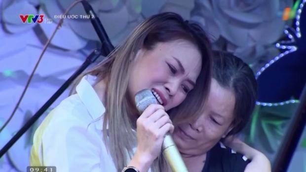 Cô không ngừng khóc vì xúc động bởi tình cảm của hai mẹ con trong chương trình.
